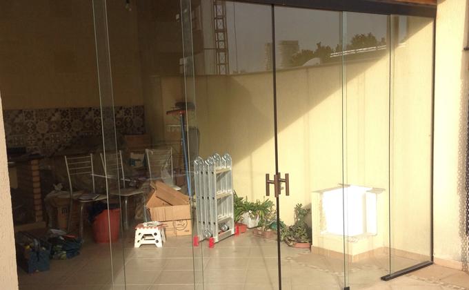 Divisória de ambiente com 6 vidros, sendo 2 fixos e 4 móveis