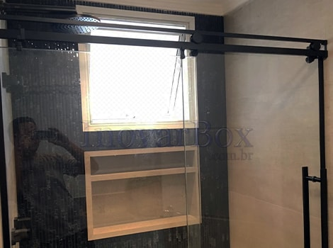 Box-de-vidro-com-roldana-aparente-preto